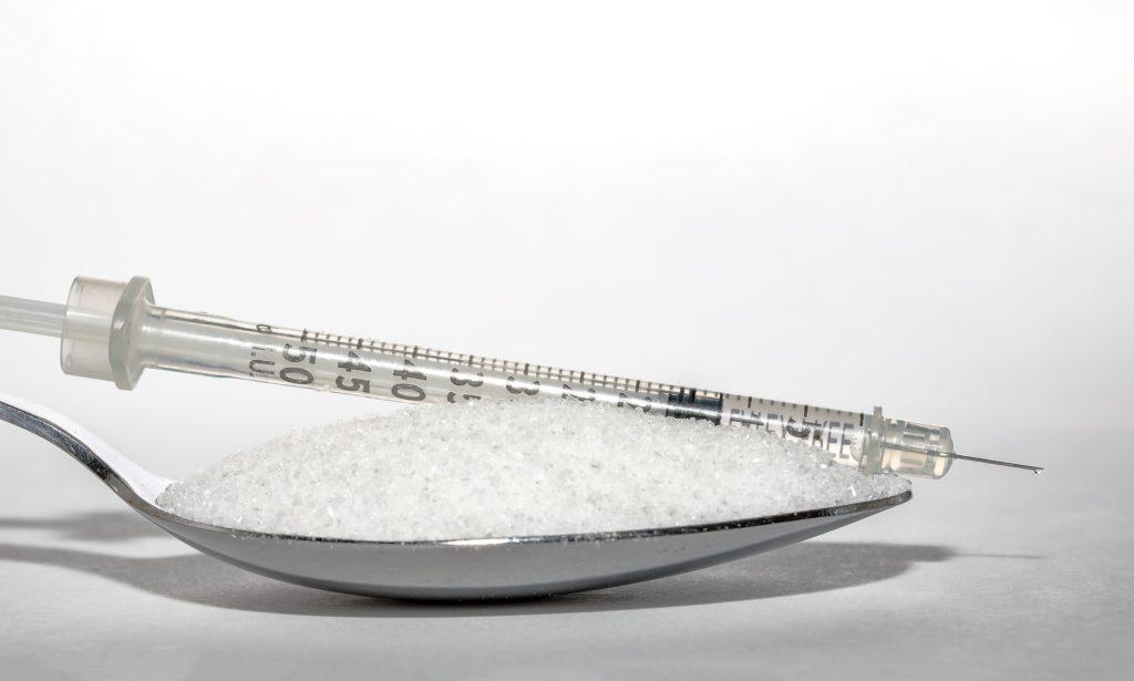 cukier biały i strzykawka - cukrzyca