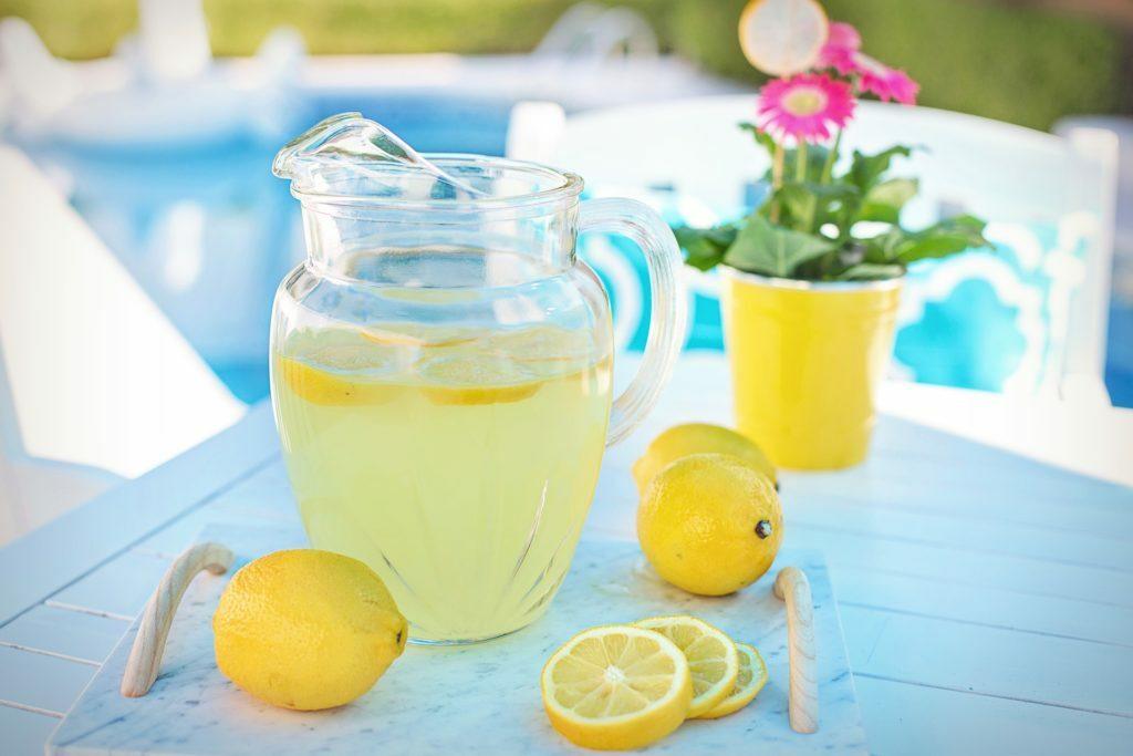 Lemoniada na stole w dzbanku .
